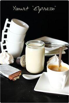 Des yaourts au bon gout de café, on n'en trouve pas dans le commerce ! Et c'est bien là l'avantage des yaourts maison. J'y ai mis un espresso et un peu d'e