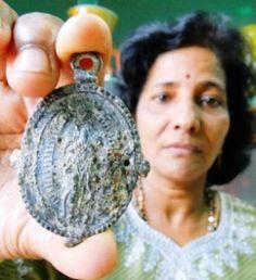 Medallón portugués encontrado dentro de la tripa de un tiburón.    100curiosidadesdelmundo.blogspot.com