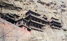 """El Templo Colgante (悬空寺, Xuánkōng Sì) está situado en el distrito de Hunyuan, a unos 65 kilómetros de #Datong (大同, provincia de #Shanxi). Este milenario templo fue construido en la pared del acantilado de la garganta del Dragón Dorado (金龙峡), a los pies de la montaña Hengshan (恒山). La revista estadounidense Time lo definió como """"el edificio colgado del cielo"""". http://confuciomag.com/el-templo-colgante-de-datong"""