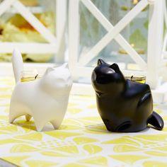 P92135 Modernit kissat -somisteet Tuikkiville  Lasitettua keramiikkaa. Yksi kutakin väriä. Korkeus 9 cm. Sopii Tuikkivalle