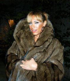 Image may contain: 1 person Ginger Fox, Fur Coat Fashion, Fox Fur, Tgirls, Coats For Women, Fisher, Sexy Women, Furs, Womens Fashion