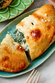 Yum and more yum for Greek spanakopita with ・ - Food: Veggie tables Spinach Calzone Recipe, Cheese Calzone, Spinach Recipes, Pizza Recipes, Baking Recipes, Diet Recipes, Vegetarian Recipes, Greek Spinach Pie, Spinach And Cheese