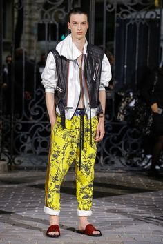 See all the Collection photos from Haider Ackermann Spring/Summer 2017 Menswear now on British Vogue Haider Ackermann, Vogue Paris, Urban Fashion, Mens Fashion, Paris Fashion, Rare Clothing, Interview, Male Fashion Trends, Fashion Show