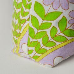 Lezione: Impara come cucire un fondo rettangolare in due modi diversi! Questi angoli quadrati creano dimensione in borse cucite e le fanno stare in piedi.