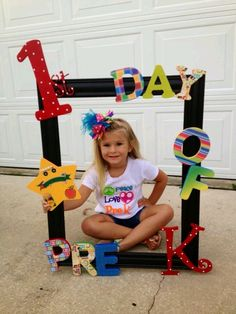 Who is ready for a great year? – Back to School boards must not be … 1st Day Of School Pictures, First Day School, Beginning Of School, School Photos, Pre School, Class Decoration, School Decorations, Kindergarten Graduation, In Kindergarten