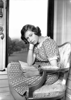 Enter Windsor Castle, June 1940. Fourteen-year-old Elizabeth, then a mere princess, sat by the window with her nose in a book -- remember those? We can certainly relate to an image of a young girl reading for fun and fiddling with her pearls. We're crazy about her lacy Peter Pan collar, which serves as a lovely complement to the then-princess' patterned dress.