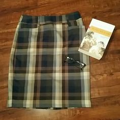 Plaid Skirt NWOT Smart navy and brown pencil skirt from Dress Barns Roz & Ali collection.   Size 6, has adorable side pockets! Back zipper and kick pleat. New Without Tags  80% polyester 18% rayon 2% spandex 22 inches long Dress Barn Skirts Pencil