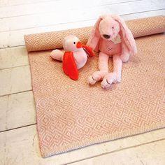 Lekker zacht zo'n tapijtje #viacannellacuijk #kinderkamer #kidsdepot #kleed #pink #babykamer #meisje #roze #happyhorse