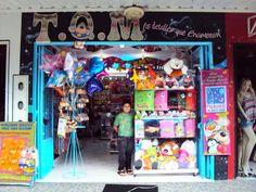 tiendas de regalos - Buscar con Google Storefront Signage, Balloon Shop, Shop Interiors, Store Fronts, Brick And Mortar, Retail Space, Balloons, Diy Crafts, Boutique
