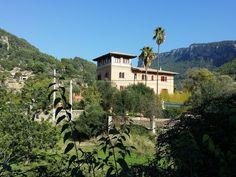 Romantik in den Bergen von Mallorca Bunyola liegt etwa 15 Kilometer von Palma entfernt. Das Dorf befindet sich auf dem Weg nach Soller kurz vor dem Tunnel. Hier präsentieren wir einige Fotos von Bu… Bergen, Mansions, House Styles, Home Decor, Pictures, Majorca, Decoration Home, Manor Houses, Room Decor