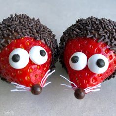cute food Sine of Foodbites creates absolutely adorable little creatures out of fruits and vegetables. She then uses melted chocolate and other food decorations to Crepes Party, Deco Fruit, Valentinstag Party, Food Art For Kids, Kids Food Crafts, Cute Food Art, Cute Snacks, Good Food, Yummy Food