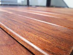 Met deze hardhoutolie in de kleur naturel. De olie is milieuvriendelijk geproduceerd en zorgt er voor dat je hardhout jaren langer mee gaat. Omdat het kleurloos is beschermt het wel minder tegen verkleuring dan hardhoutolie in de kleur bankirai. Het hout zal na verloop van tijd als het in de zon komt vergrijzen. De olie kan het hout wel iets donkerder maken. Het is te gebruiken op alle soorten houtsoorten. Denk hierbij aan Ipé, bankirai, garapa en nog veel meer! #klantfoto