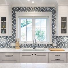 #Kitchen #tile #backsplash happiness as discovered on the @sarahgallopdesign Insta-stream, photo by @paulgrdina - A #classic yet adventurous motif of intertwining #circles in a fresh combo of #gray and #white - #Instalove / #tiletuesday #tiles #tiled #tiling #tilework #tiledesign #splashback #backsplashideas #walltile #interiordesigner #idcdesigners #customhome #kitchendesign #instahome #homedecor #interiordesign #vancouverdesigner #tileaddiction