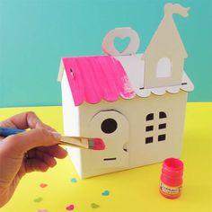 Casita de cartón para jugar con muñecquitas o ideal como caja de aguinaldo para fiestas, la puedes pintar y decorar. Bird, Outdoor Decor, Home Decor, Cardboard Toys, Fiestas, Crates, Decoration Home, Room Decor, Birds