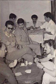 Beyoğlu figüranlar kahvesi. Resmin sağında kağıt oynayan Hüseyin Baradan. Arkadaki masada Erol Taş...1970'ler.
