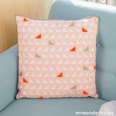 Cojín rosa con estampado de triángulos blancos y grises #decoration #homedecor #pink