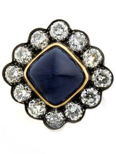 Ringweite: 54. Ringkopfbreite: ca. 2,5 cm. Gewicht: ca. 12,8 g. Silber auf GG. Um 1910. Beigefügt ein Befundbericht von GRS Nr. GRS2001-01338 vom Januar 2001....