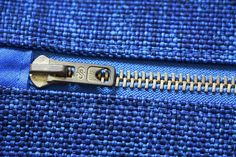 """In July, I told you about a little """"trick"""" to sew perfect angles at the zip of a kit … (it was here). Techniques Couture, Sewing Techniques, Angle Parfait, Diy Pochette, Perfect Angle, Diy Clothes Videos, Diy Handbag, Beauty Case, Purse Wallet"""