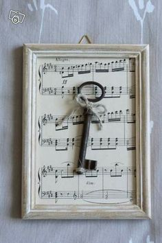 Discover recipes, home ideas, style inspiration and other ideas to try. Shabby Chic Stil, Shabby Chic Frames, Shabby Chic Decor, Rustic Crafts, Wood Crafts, Skeleton Key Crafts, Sheet Music Crafts, Vintage Photo Frames, Old Keys
