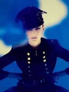 Квинтэссенция DramaticClassic - подтянутость военной формы и симметричность классики! Diane Kruger
