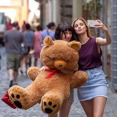 Baby di Netflix funziona anche fuori Roma Nord Countless Chilean children were stolen using mothers Baby Toys, Musik Player, Baby Netflix, Rhode Island, Baby Blog, Infancy, Baby Kind, Film Serie, How To Make Light