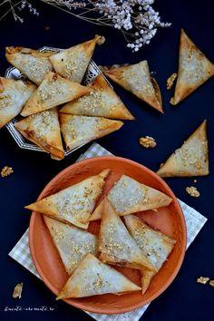Trigoanele sunt aperitive sau gustări pe care le fac deseori, dar mereu în varianta sărată, cu brânză, cu spanac sau cu ciuperci (vezi aici rețeta). Trigoane dulci nu făcusem niciodată, nu de alta, dar pur și simplu nu-mi venise ideea asta. In week-end am avut de gând sa fac o banală plăcintă cu mere. Pregătisem...Read More Cheesecake, Romanian Food, Food Platters, Party Snacks, Food Art, Caramel, Sweet Tooth, Vegan Recipes, Deserts