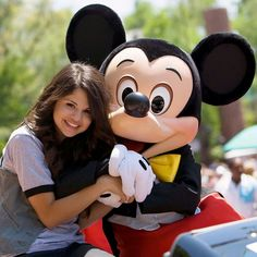 Selena Gomez and Mickey at Disneyland Disney Channel Games, Disney Channel Stars, Disney Stars, Selena Gomez Cute, Selena Gomez With Fans, Disney Day, Disney Magic, Casting Calls For Kids, Mickey Costume
