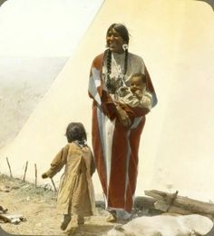 Native American Indian Pictures: Blackfoot Indian Woman With Children in Montana (in Color) Native American Totem, Native American Pictures, Indian Pictures, Native American History, Indian Pics, Blackfoot Indian, Native Indian, Indian Tribes, Native Art