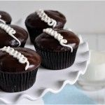 Homemade Hostess Cupcakes - Fauxstess Cupcakes - chocolate cupcakes filled with marshmallow cream, topped with chocolate ganache and white swirls, retro dessert! Chocolate Cupcakes Filled, Dark Chocolate Cakes, Chocolate Ganache, Cupcake Recipes, Dessert Recipes, Dessert Ideas, Drink Recipes, Hostess Cupcakes, Cupcake Wars