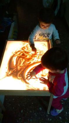 Mesa de luz-pan rallado                                                                                                                                                      Más Infant Activities, Preschool Activities, Reggio Emilia Preschool, Magic For Kids, Licht Box, Box Studio, Natural Playground, Paper Crafts For Kids, Kids Boxing