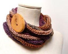 Sciarpa collana ad anello realizzata a maglia - filato sfumato marrone, viola prugna, beige con bottone gigante in legno