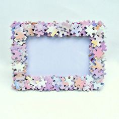 Jigsaw Puzzle Covered Photo Frame ( could be a great use in a kid's room for a jigsaw puzzle that is missing pieces! Puzzle Piece Crafts, Frame Crafts, Diy Frame, Puzzle Pieces, Puzzle Picture Frame, Puzzle Frame, Puzzle Art, Diy Arts And Crafts, Crafts For Kids