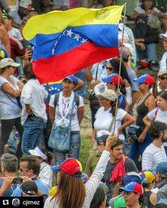 Foto de @cjimez Cuantas banderas se han alzado? La gente mucha gente está en la calle protestando en nombre de 3 colores que nos pertenecen a cada uno de los que estamos aquí . #ccs #caracas #caminacaracas  Tricolor en alto