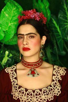 Obsessed with Frida Kahlo Freida Kahlo Costume, Charles Freger, Fridah Kahlo, Mexican Bridal Showers, Kahlo Paintings, Frida Kahlo Portraits, Lace Dress Black, Mexican Art, Halloween Kostüm