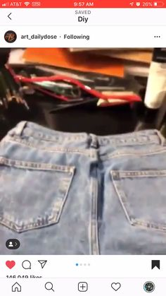 use old jean shorts for practice ropa reciclada videos Diy Furniture Videos, Diy Furniture Table, Diy Furniture Plans, Painted Jeans, Painted Clothes, Painted Shorts, Diy Jeans, Jean Diy, Häkelanleitung Baby