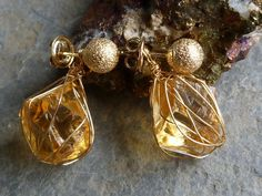 Earrings with 18 kt yellow gold and rough citrins by Bimonia