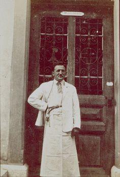 Psychiatriepfleger vor der Krankenanstalt in Liestal (heute Kantonales Altersheim), um 1930.