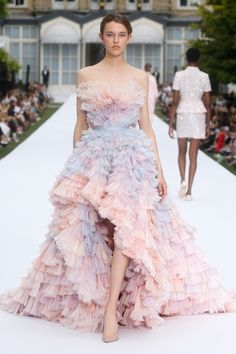 Explore the show the ralph & russo autumn-winter couture collection continues the celebration of the modern female and her multifaceted form amid the Style Couture, Couture Fashion, Runway Fashion, Vestidos Fashion, Fashion Dresses, Stunning Dresses, Pretty Dresses, Pink Dresses, Formal Dresses