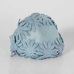 Blue cotton fabric hat, with applied daisies. Perfect with tailleur and jackets, for a lovely retrò style. Vintage from the Perfectly preserved. Retro Fashion, Vintage Fashion, Vintage Style, Blue Daisy, Black Leather Bags, Retro Outfits, 1940s, Headpieces, Fascinators
