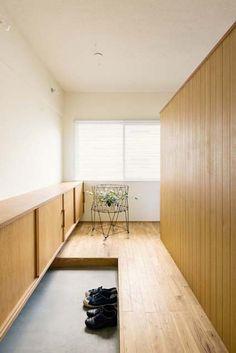 ゆったり幅の玄関。並んで靴を履いても余裕がある。靴箱はシナ材で造作。                                                                                                                                                      もっと見る