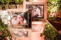 A decoração é de casamento moderno - com paleta marsala e muitos espelhos e lustres de cristal. Mas o amor a moda antiga com muitas cartas de amor. Clica!