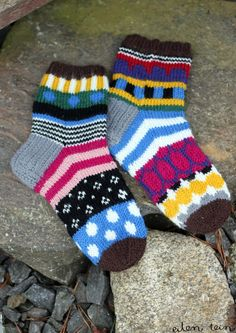 Knitted socks inspired by Marimekko - eilen tein: MARISUKAT Crochet Socks, Knitted Slippers, Knitting Socks, Crochet Stitches, Hand Knitting, Knit Crochet, Woolen Socks, Fair Isle Pattern, Sock Yarn