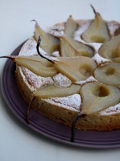 Questa tarte non è solo bella da vedere ma è anche molto buona. La frolla croccante racchiude una crema golosa e pere profumate di vaniglia... Mi sono ispirata da una foto vista su internet e il risultato è molto soddisfacente!  Buono a sapersi: potete preparare la frolla e le pere sciroppate il giorno prima. Ingredienti per la frolla: 120gr di zucchero a velo, 175gr di burro ammorbidito, 25gr di tuorlo (1 grande o 2 piccoli), 50gr di mandorle tritate finemente, 200gr di farina. Lavorate il…