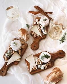 15 Ideas For Cheese Board Gift Entertaining Food Platters, Cheese Platters, Charcuterie And Cheese Board, Cheese Boards, Grazing Tables, Cheese Party, Snacks Für Party, Wine Cheese, Food Presentation