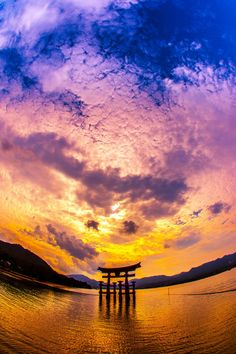 Torii gate of Itsukushima shrine, Hiroshima, Japan                                                                                                                                                                                 もっと見る