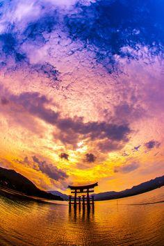 Torii gate of Itsukushima shrine, Hiroshima, Japan                                                                                                                                                                                 もっと見る
