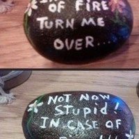 Nur im Brandfall… - Prank gifts - Gag Stone Crafts, Rock Crafts, Kids Crafts, Rock Painting Ideas Easy, Rock Painting Designs, Joke Gifts, Funny Gifts, Prank Gifts, Silly Gifts