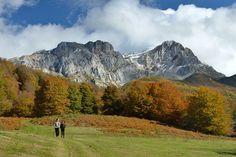 Majada de Vegabaño en otoño, con los Picos de Europa al fondo