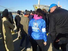 Personale #UNHCR fornisce assistenza ai 1123 migranti appena sbarcati nel porto di #Augusta.   Foto: © Matteo Parlato.
