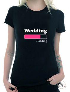 T-shirt wedding loading nera donna. Maglietta da indossare durante l'addio al nubilato oppure durante il giorno delle nozze. Taglie disponibili: S,M,L, XL #tshirt #bestman #bridesmaids #wedding #fun #comic #ideas #weddingideas #weddingloading #loading #ideasforwedding